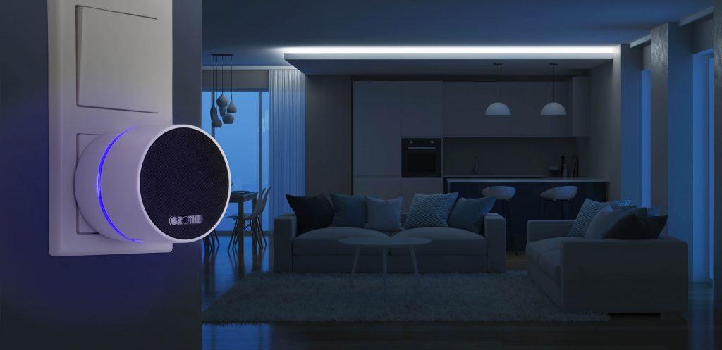 Calima 400 mit blauem Nachtlichtin Steckdose, unbeleuchtetes Wohnzimmer im Hintergrund